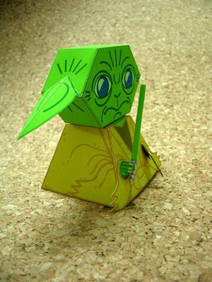 紙工作のヨーダ(ライトセイバーを持っている)